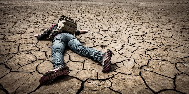 乾燥地帯で倒れる人
