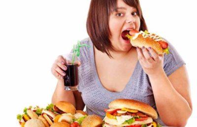 食べすぎの女性